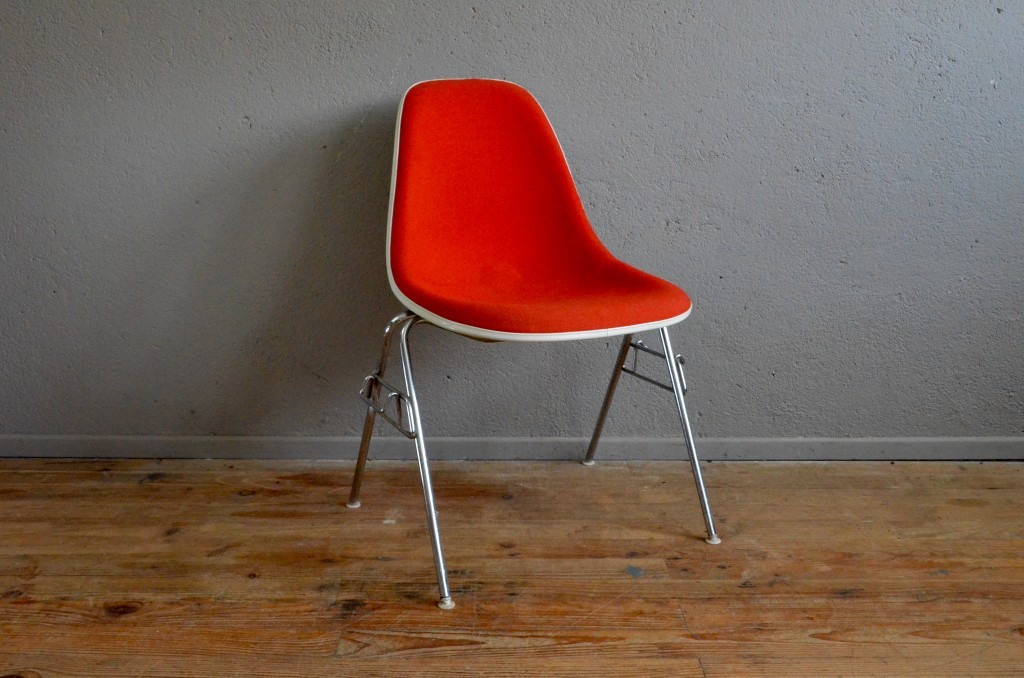 Chaises Charles 1 Ray Eames DSX Plastic Chair Tapisee Rouge Grise Pietement Chrome Annees 50 Coque Soldes