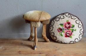 Tabouret de ferme rustique gipsy chic bohème wabi sabi patine french animal chasse trophée chèvre peau tripode taxidermie