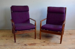 On reconnaît, dans ces fauteuils, le trait si particulier et si fin du design de Grete Jalk. La créatrice danoise se distingue en effet par une matière affinée et aérienne, tout en formes douces et arrondies. Elle est une des représentantes du style organique scandinave. L'impression de fluidité et de souplesse qui se dégage de ces fauteuils met en valeur le teck massif qui les compose. D'une grande élégance, la présence douce et harmonieuse de ces fauteuils saura facilement s'intégrer.