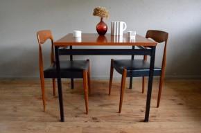 Pur produit du modernisme français d'après guerre cette jolie table a été conçue par Marcel Gascoin et éditée par Alvéole. Son design sobre tend avec élégance vers une forme essentielle et fonctionnelle. La structure métallique du tablier et du piétement contraste avec la teinte dorée du plateau.
