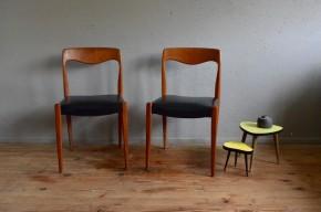 Cette paire de chaises en teck des années 60 affiche de superbes lignes et un look résolument scandinave. A la fois fines et sobres, on aime le piétement fuseau, le galbe du dossier et le contraste des matières de ces chaises. Teinte et veinage du teck massif sont mis en valeur par le simili au noir profond et le travail tout en courbe des pièces de bois.
