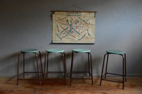 A peine arrivés à l'atelier, ces tabourets haut nous on inspiré. Nous avons aimé leur simplicité, leur esprit atelier et les galettes s'assise appelaient naturellement un peu peu couleur pour dynamiser l'ensemble !