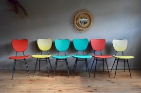 Certaines séries de six chaise est une explosion de couleur et de bonne humeur. Les vinyles colorées contrastent avec le métal peint en noir pour un effet des plus saisissant. Produit des années cinquante, époque où les couleurs vives se sont invitées dans les cuisines, elles sont très typées midcentury. L'utilisation du tube métallique autorise un design très aérien, mettant en valeur les couleurs des assises et des dossiers.
