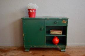 Entre une mini commode et un bahut de petit format, il sera parfait dans une chambre d'enfant pour y ranger jouets et livres ou dans une entrée comme meuble à chaussures.