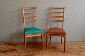 Avec leurs hauts dossiers à barreau et leur assise rebondies ces chaises nous évoquent une version des chaises rustique façon château revisité par le modernisme décoiffant des années cinquante. A cette période, tout est permis, le design se réinvente, le mobilier intérieur prend des couleurs et les formes se réinvente... pour notre plus grande joie.