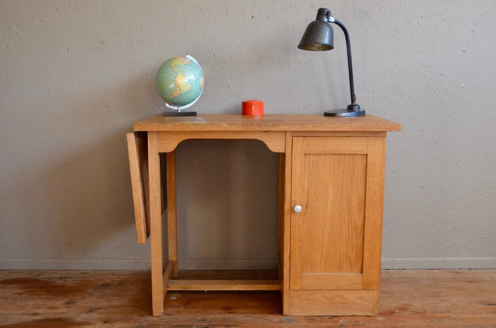 Meubles vintage table de bureau rétro sur un fond blanc isolé