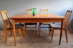 Cette jolie table est un bel exemple de la sobriété élégante du design scandinave. La teinte chaleureuse du teck est mise en valeur par un design minimaliste et efficace. Ce modèle est de belle facture avec ses chants massifs, ses fins pieds fuseaux et le joli grain du teck du plateau. Nous apprécions ses rallonges intégrées dites à l'italienne. De par sa classe et sa sobriété, elle s'avère facile à intégrer à une déco intérieure ou elle saura participer à une ambiance agréable.