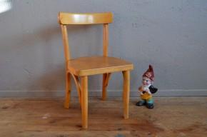 Cette petite chaise sera l'accessoire vintage parfait dans une chambre d'enfant. Son design rappelle la chaise bistrot que l'on adore dans nos cuisines. Les assemblage de bois sont  travaillés avec soin et un look moderniste et dynamique. La teinte de la chaise bois clair doré est du plus bel effet.