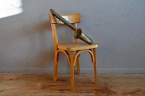 Cette version enfant de la chaise Baumann sera l'accessoire vintage parfait dans une chambre d'enfant. On retrouve dans cette jolie pièce toute la connaissance du travail du bois de la célèbre marque franc-comtoise. Des assemblages de qualité, des bois choisis et travaillés avec soin et un design épuré et simple.
