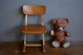 Emblématique du mobilier scolaire allemand, voici la plus petite des chaises enfant Casala au look vintage extra… Piétement en bois massif et dossier en plywood, elles sont en hêtre et possèdent une teinte douce et une tendre patine.  Le tampon Casala est même encore visible sous l'assise. Associées à un petit bureau, elle raviront le petit dès 12 mois et apportera une touche rétro à votre déco.