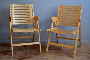 Le design slovène est à l'honneur à l'Atelier! Nous sommes très heureux de vous présenter Rex, les fauteuils ou chaises pliante dessinés par Niko Kralj, la référence du design de ce pays ! Ils le parfait mariage entre le fonctionnalisme inspiré du Bauhaus et la douceur des formes scandinaves. Cette synthèse inspirée est le fruit du travail de l'architecte Niko Kralj. En 1952, il dessine ce fauteuil ou chaise pliable au design moderne et audacieux. S'inspirant de Marcel Breuer pour le travail du contreplaqué, il nuance et adoucit le dessin pour un rendu accueillant et chaleureux. Editée par l'entreprise d'ameublement slovène Stol, Rex rendra célèbre ce designer architecte. La qualité de sa création dépassera largement les frontières slovènes. Rex fait d'ailleurs partie des collections design du MoMA de New York et du Musée du Design au Danemark.