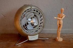 Avec ses formes rondes et dynamiques et sont piétement fil, cet ancien ventilateur chauffant de marque Philips possède un design sans pareil. Objet inclassable, il n'est plus fonctionnel mais saura réchauffer votre déco en apportant sa touche garage ou atelier.