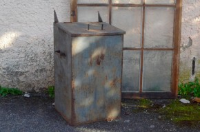 Voici une poubelle d'atelier aux dimensions peux communes et à l'aspect industriel assumé. Nous aimons le métal épais et lourd, l'aspect de la peinture et les traces d'oxydation qui lui donnent une allure brut et massive.