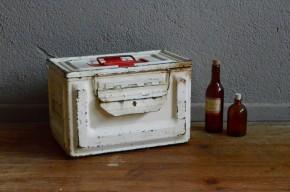 Cette ancienne caisse métallique est une trousse de secours militaire. Nous aimons son look indus adouci par la peinture blanche crème et sa jolie croix rouge. Boite à bijoux, à joujoux ou à bricolage, nul doute qu'elle saura encore se rendre utile !