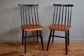 On ne se lasse pas de leurs lignes… Cette jolie chaise vintage, type Fanett de Tapiovaara, est un véritable bijou du design. Le jeu de contraste bois-noir est saisissant, et la patine de celles-ci est sublime. Dans un pur style scandinave ce modèle allie un design élégant à la chaleur des matériaux employés. Chaise de bureau, dépareillée autour d'une table ancienne, elle apportera une touche scandinave à votre intérieur.
