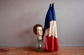 """Ces petit drapeaux datent des années cinquante et nous les adorons ! Décoration originale, décalée et colorée nous les imaginons sans mal dans une jolie vitrine de magasin """"So Frenchy"""" !"""