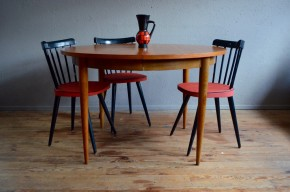 Lignes élégantes et intemporelles, cette table ronde vintage affiche de jolies lignes scandinaves et une très belle teinte : piétement fuseau, plateau rond en teck, rallonges intégrées. Belle matière et jolies finitions, tous les ingrédients sont réunis pour faire de cette table une très belle pièce vintage. Son ingénieux système de rallonges papillon permet de passer aisément de 4 à 8 convives.