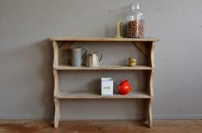 A l'Atelier, nous aimons particulièrement ces petits meubles rustiques évoquant une vie de bohème. La simplicité touchante de ce banc de pot nous a émerveillés. Ambiance wabi sabi, la conception minimaliste de cette étagère ancienne révèle cependant de traits jolis détails : montants sinueux, bois massif, patine intense. Meuble primitif aux accents bohèmes, il a probablement fait carrière dans une ferme ou une cuisine dans les années 30. Nous l'imaginons aujourd'hui bibliothèque dans la chambre ou le salon, meuble de cuisine rustique ou rangement de salle de bain atypique.