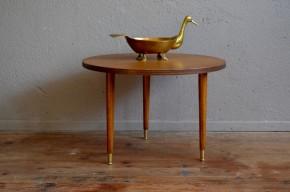 Cette petite tripode saura se glisser partout. Ronde et de faible hauteur elle pourra devenir une table basse dans un boudoir, une petite table de bricolage pour les enfants ou un guéridon d'appoint. La table date des années soixante, elle possède un design sobre et fin.