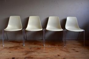 Ces chaises on été dessinées par Georg Leowald au milieu des années cinquante. Elles étaient produites par l'éditeur allemand Wilkahn sous la référence N°224. Leur design correspond aux exigences d'une production bon marché, industrialisable mais également de grande qualité. Le confort de ces chaises à la coques en fibre de verre est parfait, leur durabilité également. Nous apprécions leur fonctionnalité ainsi que la qualité du travail de la fibre de verre ainsi que les finitions. Elles apporteront leur touche design midcentury à une cuisine aux accents vintage.
