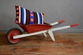 Nous aimons les jouets anciens, chargés d'histoire et de poésie. Cette mignonne petite brouette porte sur elle les traces d'une vie de bohème bien remplie. Nous aimons l'imaginer de nouveau en usage pour transporter doudous et trésors ou pour accompagner papy au jardin.