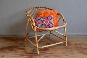 Lignes douces et bon confort pour ce fauteuil coquille en rotin des années 60. Assise large et basse, et dossier légèrement incliné, il sera votre meilleur allié pour les après-midi thé ou les soirées lecture, à l'intérieur comme au jardin.