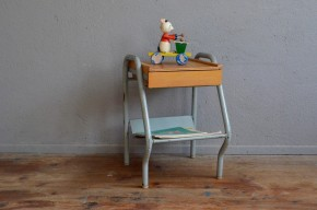 Look indus affirmé, ce chevet vintage des années 60 a une personnalité bien trempée! Piétement tubulaire, plateau en tôle pliée et caisson en bois, il allie joliment les matières. Dans la chambre ou au bout du canapé, ce petit meuble apportera une touche rétro remarquée!