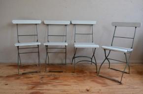Ces belles chaises anciennes ont certainement passé pas mal de temps dans une guinguette ou une ancienne brasserie. Elle datent des début du 20e siècle et sont pleine d'un charme bohème et rétro. Réalisées en bois et en métal, pliantes, elles seront parfaites en chaises d'appoint ou sur une terrasse les beaux jours venus. Nous aimons leur charme suranné et leur patine authentique.