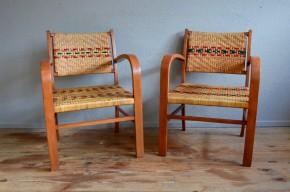 La structure de ces fauteuils bridge aux accents Art Déco est simple et élégante, en bois massif. Le cannage serré en damier est un pied de nez frais et dynamique aux lignes sobres et rustiques de ces assises des années 60. Nous aimons le motif et l'alternance des brins de rotin naturels et des brins en vinyle coloré. Cette paire de fauteuils bridge allie joliment tradition et originalité, et fera des merveilles au salon ou en bout de table dans un intérieur bohème...