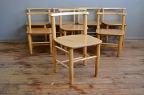 Ces petites chaises sortent ont fait carrière dans un jardin d'enfants... Elles  sont sublimes et chargées d'émotions… En bois massif, les lignes douces évoquent le mobilier Montessori, pensé et dessiné pour les enfants. Parfaitement stables, ergoniques, costaudes, ces chaises affichent une patine tendre et ont pour sûr, encore de belles années devant elles.