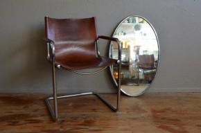 Ce fauteuil est un classique du design italien des années 1970. Hommage aux productions du bauhaus, il met en scène deux matériaux le cuir et le chrome dans un design sérieux et élégant.