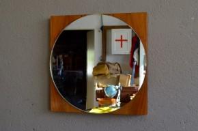 Avec son design scandinave et ses formes essentielles, ce miroir aux formes géométriques est d'une simplicité touchante. La teinte chaleureuse du teck de son caisson lui offre volume et profondeur dans un esprit décoratif et minimaliste.