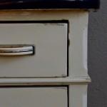 L'allure de ce petit meuble des années 40 nous a fait fondre! Sa patine crème ne nous a pas laissés indifférents non plus... Sur de petits pieds tournés, ce bahut allie élégance rustique et charme bohème. Ses poignées en bakélite blanche et chrome sont de petits bijoux plein de personnalité. Un grand tiroir, 3 plus petits et un caisson offrent une capacité de rangement pratique, et rendent cette commode rétro facile à adopter de l'entrée à la cuisine, en passant par le salon où il complétera une déco bohème et éclectique!