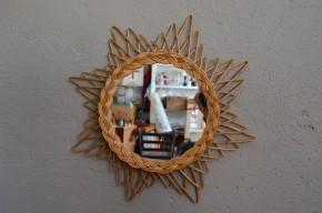 Avec sa forme d'étoile voici un miroir soleil qui porte parfaitement son appellation ! Les brins de rotins sont joliment arrangés sur cette pièce de déco murale. Il saura habiller un couloir ou venir compléter une collection hétéroclite de glaces vintage et rétro.