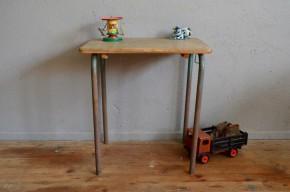 Voici un petit bureau d'école qui nous charme par son classisisme et sa sobriété. Ce mobilier enfant date des années cinquante et rappellera peut être des souvenirs à certains. Mais au delà de la madeleine, c'est un petit meuble bien pratique pour les premiers dessins et bricolage.