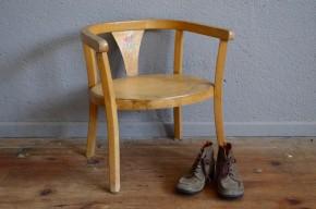 Ce très joli fauteuil Baumann des années 50 est tout simplement craquant! Première petite chaise pour le tout petit, il est stable et confortable : dossier et accoudoirs forment une sorte d'arceau, assise accueillante. Surtout, ses lignes tendres et rétro la rendent attachante, devenant une pièce déco à part entière. Il sera difficile de ne pas la chiper aux enfants, on vous a à l'oeil!