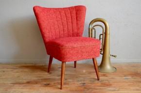 Le fauteuil cocktail est un classique du design des années cinquante soixante. Reprenant les formes et l'usage du fauteuil crapaud, il en est une réinventions! De jolies formes, une taille réduite et un faible encombrement en feront le compagnon parfait des petits espaces ou d'une chambre à coucher. Résolument vintage, ce modèle se pare d'un rouge aussi tonique qu'actuel.