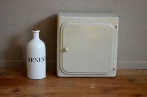 Voici un bien joli meuble de pharmacie au charme rétro certain. Entièrement en métal blanc, avec son gros bouton arrondi cette étagère, offre un espace de rangement bien pratique. Du vintage fonctionnel comme on aime qui trouvera facilement sa place dans une jolie salle de bain !