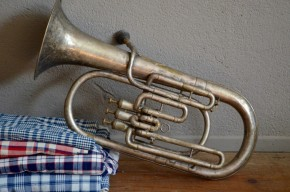 Tuba ancien vintage rétro instrument de musique cuivre argenté déco musique années 50 bohème couesnon militaire militaria collection