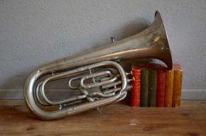 Tuba ancien vintage rétro instrument de musique cuivre argenté déco musique années 50 bohème militaire militaria collection