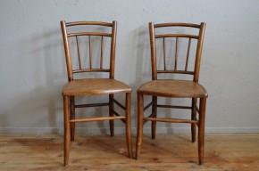 Jolie paire de chaise est une déclinaison bistrot d'un modèle rustique traditionnel. Avec leur formes campagnardes arrondies et leur assises en bois à imprimé cannage elles possèdent un charmes bohème touchant. Cette paire se glissera facilement dans un lot dépareillé pour lui apporter un peu de douceur et d'authenticité.
