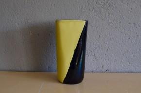 Imposant et travaillé dans l'épaisseur, ce joli vase est une production des années cinquante de la famille Elchinger. La forme et le choix des couleurs sont tranchés et très graphique, c'est une belle pièce rares et imposante. Le rendus des émaux entre mat et brillant est caractéristique du potier.