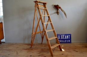 Echelle escabeau de peintre vintage rétro bohème patiné années 50 bois brut sapin de noël idée déco bibliothèque