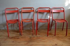 Indémodables !!! Au fil des années, la chaise Tolix est devenue une icône reconnue du design français. Si l'après-guerre a vu se renouveler l'ameublement intérieur, les terrasses des bistrots, cafés, bars et restaurants n'étaient pas en reste. L'utilisation du tube métallique coudé et soudé, des peintures appliquées à chaud, des couleurs vives et franches ainsi qu'un caractère confortable pratique et durable : voici les secrets de ces chaises d'extérieur. Avec leur aspect indus et vintage, elles trouveront facilement leur place dans une cuisine joyeuse ou seront parfaites pour les apéro dans le jardin ! Ces quatre pièces sont anciennes et possèdent une belle peinture rouge vif. Leurs design graphique et épuré permet de les insérer dans une déco de cuisine ou salle à manger !