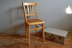 Voici une jolie chaise de bistrot à l'assise bicolore et aux charmants barreaux dans le dossier. La forme est classique de la chaiserie Luterma, cepandant le modèle est original avec son assise en bois deux ton. Chaise de bureau ou de cuisine, quelque soit la situation elle saura se montrer pétillante.