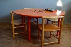 Ils avaient décidé que l'heure de la retraite avait sonné, après avoir accompagné les jeux des bambins des décennies durant dans un jardin d'enfants... Nous les avons alors rencontrés et avons trouvé la sentence injuste! Ces tables et les petites chaises qui les accompagnent sont sublimes et chargées d'émotions... En bois massif, la table a été repeinte en orange laqué par son ancien propriétaire. Les lignes douces évoquent le mobilier Montessori, pensé et dessiné pour les enfants. Parfaitement stables, ergonomiques, costaudes, table et chaises d'activités affichent une patine tendre et ont pour sûr, encore de belles années devant elles. D'un design touchant et d'une qualité exceptionnelle, elles sont la promesse de moments riches en sourires et en amusement! La table orange est d'un diamètre imposant, elle saura trouver sa place dans de grands espaces et sera idéale pour un usage collectif !