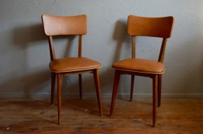 Voici un charmant modèle de chaises vintage ! Tapissées en skaï brun, elles sont aussi confortables que déco ! Nous aimons le piétement effilé, le passepoil blanc qui contraste avec le skaï brun ! Chaise de bureau, valet de chambre ou chaises de cuisine avec de joyeuses comparses, tout est possible avec cette jolie paire.