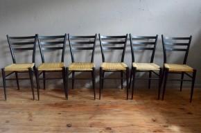 Rencontre au sommet entre esthétique et fonction pour cette superbe série de chaises dessinées dans les années 50! Les lignes, pourtant minimalistes, sont époustouflantes et font écho au design éloquent des productions italiennes de Gio Ponti, Spinetto Chiavari ou Colombo Sanguineti. Ultra-légères, le confort et la robustesse de ces assises vintage sont assurés par leur conception ingénieuse et la qualité des matériaux. Coté cœur, nous sommes touchés par la patine subtile faisant renaître la teinte naturelle du bois par endroits, et par la douceur des contrastes de couleurs et de matières... Cette série de 6 chaises est aussi palpitante qu'exceptionnelle!