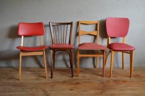 """""""Red is Dead"""" Tonus et vitalité sont au rendez-vous avec ce quatuor de chaises sixties. Cet ensemble dépareillé reflète une époque où le mobilier était aussi joyeux que coloré. Constituée de quatre personnalités différentes, cette jolie série  apportera joie et bonne humeur à une cuisine aux accents pop. Les structures et dossiers en bois contrastent joliment avec les assises en skaï rouge."""