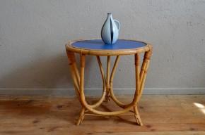 Plongée dans l'ultra bleu avec cette jolie table basse en rotin. La pièce date des années soixante dix et a été remise au gout du jour. Son plateau rénové et repeint révèle la douceur du rotin doré, il est protégé par un vernis résistant. Nous aimons son piétement tripode, travaillé en larges arrondis. En bout de canapé, chevet, table d'appoint ou de jeux, cette petite table vintage apportera chaleur et poésie et deviendra vite un indispensable! Nous aimons le contraste offert par la teinte chaleureuse du rotin et la couleur sans concession du plateau.
